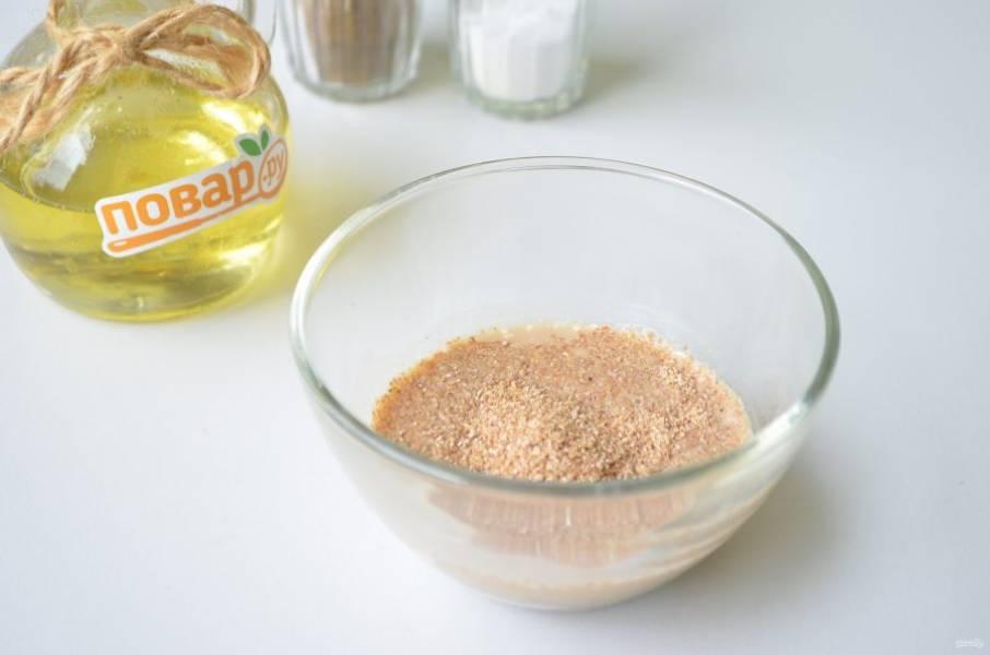 2. Соедините в пиалочке сметану с соевым соусом, водой. Добавьте панировочные сухари, перемешайте и оставьте их набухать.