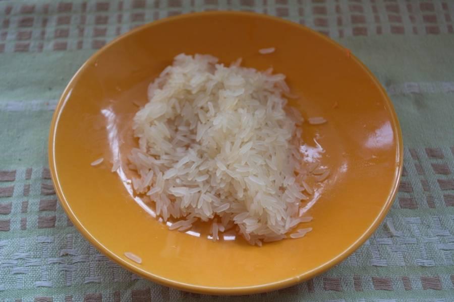 Промойте 3 ст. ложки риса. Слейте воду. Через 10 минут после закипания закладываем в воду к картофелю рис. Варим 7 минут.