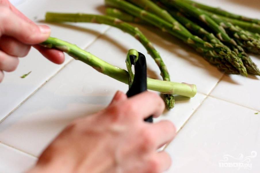 3. Используя специальный нож, нарезать спаржу на тонкую соломку. С каждого отростка спаржи у вас получится около 3-4 соломок.