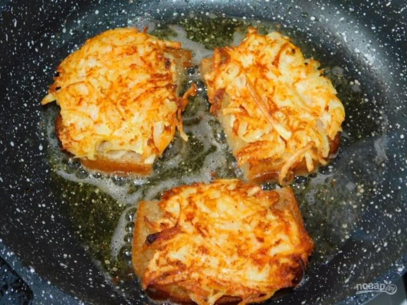 Обжарьте бутерброды до румяной корочки в двух сторон.