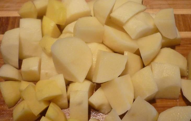 Крупными кубиками нарезаем картофель.