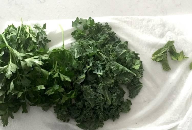 1.Отделите листья капусты от стеблей, затем хорошенько промойте всю зелень.