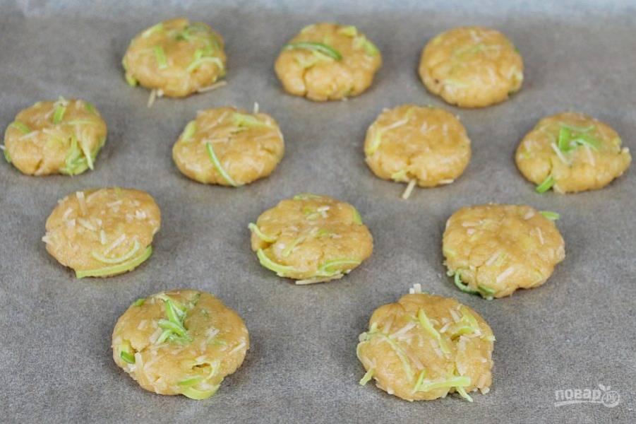 Сформируйте печенье и выложите на противень, покрытый пекарской бумагой. Запекайте при температуре 180 градусов около 15 минут.