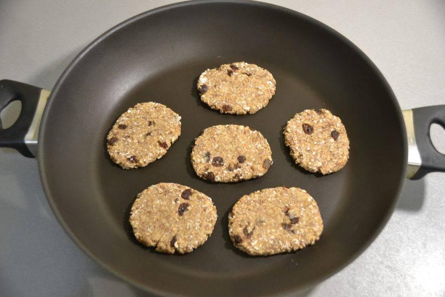 Обжарьте печенье на сковороде без масла, минуты 4-5 с одной стороны.