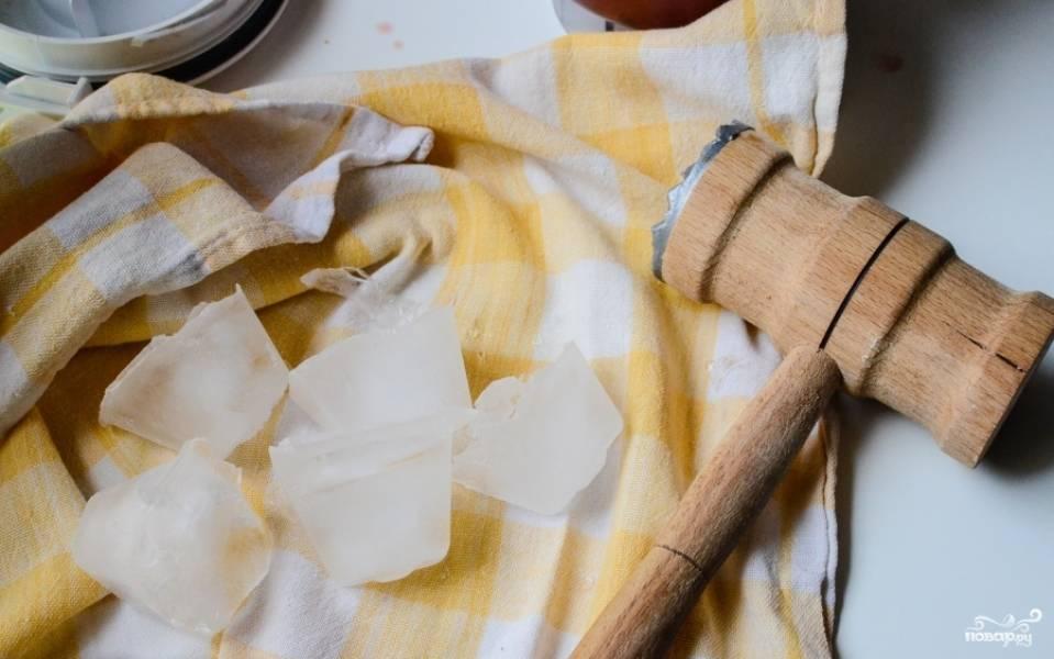 Выложите лёд на чистое сухое полотенце и разбейте его молоточком.
