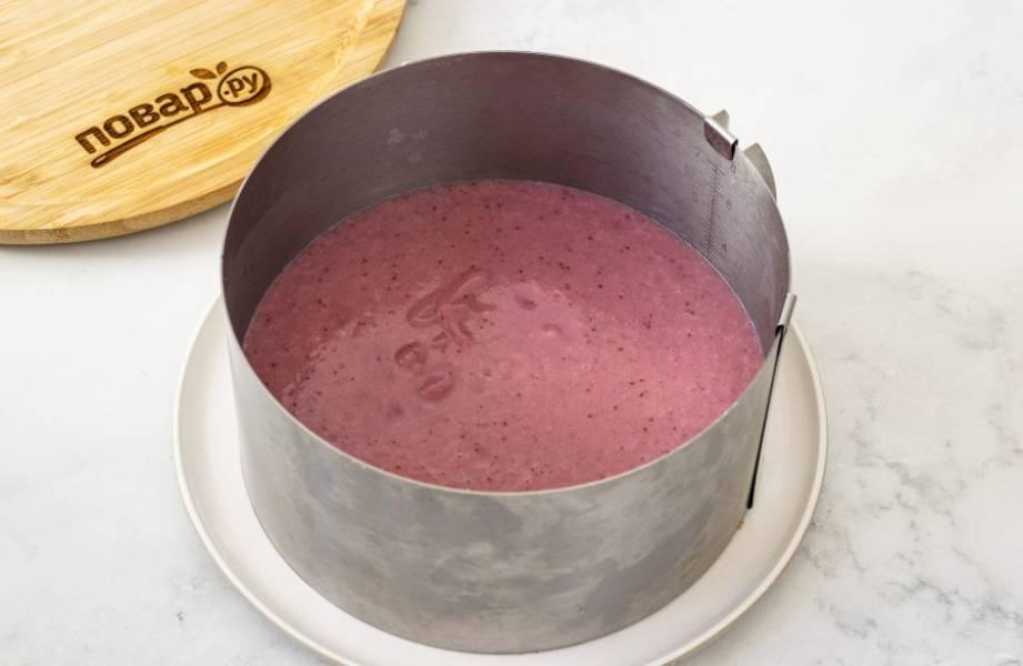 Перелейте массу в кулинарное кольцо. Уберите в холодильник 40 минут.