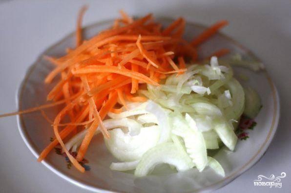 Свеклу поставить вариться, в это время очистить морковь, натереть ее на терке, лук порезать полукольцами. Затем налить в сковородку масло и обжарить овощи до полуготовности.