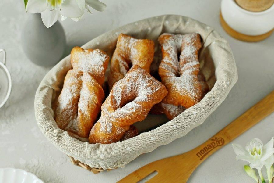 Готовые полтавские вергуны подавайте к столу, присыпав их сахарной пудрой. Приятного аппетита!