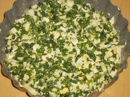 Уложите на тесто зелень и яйца.
