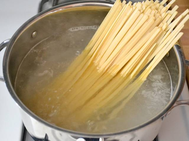 4. К этому времени вода должна закипеть, слегка посолите ее и добавьте любимую пасту. Пасту варите согласно инструкции на упаковке. Я обычно пробую, мне нравится паста al dente.