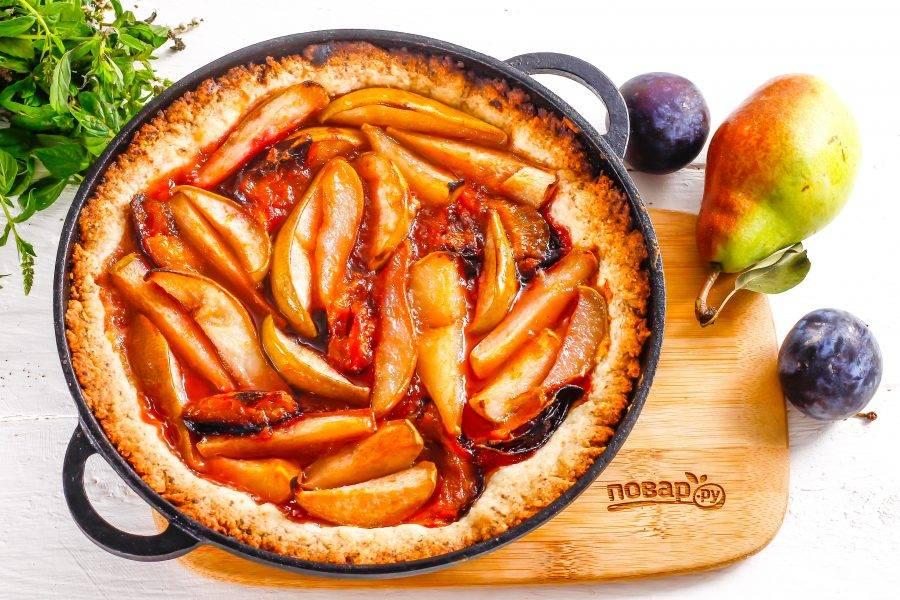 Когда тесто пропечется, пирог подрумянится — выключите нагрев и извлеките десерт из духовки, дайте ему остыть.