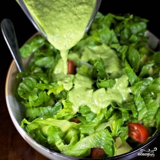 Заливаем салат заранее приготовленной заправкой.