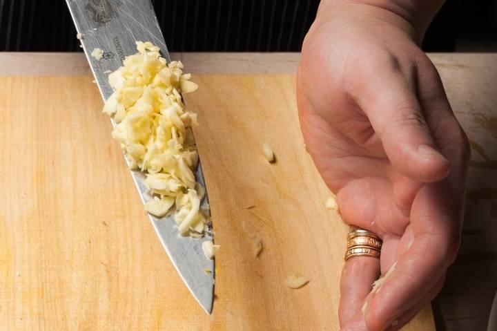 Измельчите чеснок и добавьте к луку.