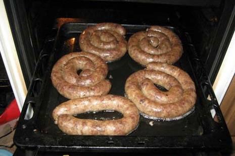5. Проваренную колбасу зажаривайте в нагретой духовке 30-40 минут, пока не образуется хрустящая корочка.