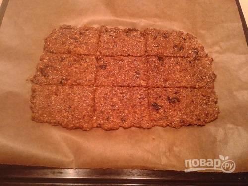 Выкладываем массу для печенья на бумагу для выпечки ровным слоем, толщиной 4-5 мм. И сразу же ножом проводим линии по размеру будущих печенек. Из полной порции лучше делать 24 печенюшки.