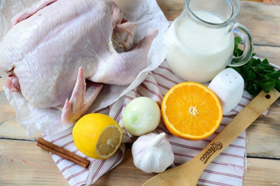 Подготовьте все необходимые ингредиенты. Курицу промойте и обсушите бумажными полотенцами.