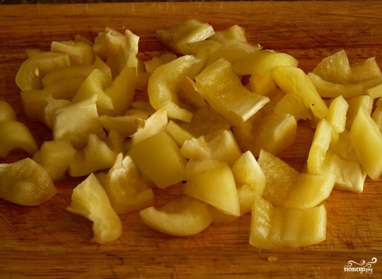Нарезаем ломтиками перец.