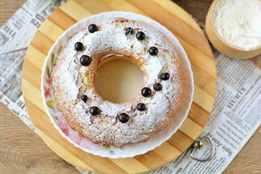 Готовый кекс остудите и выложите на блюдо. Украшайте по желанию — сахарной пудрой и ягодами.