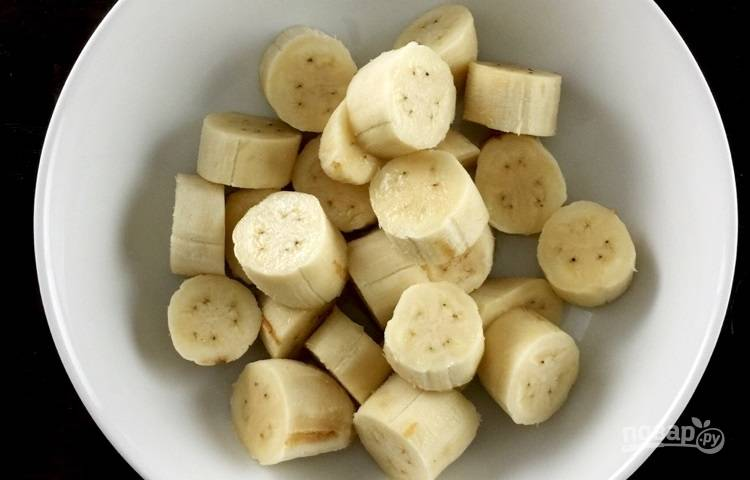 1.Очистите бананы от кожуры и нарежьте небольшими кусочками.