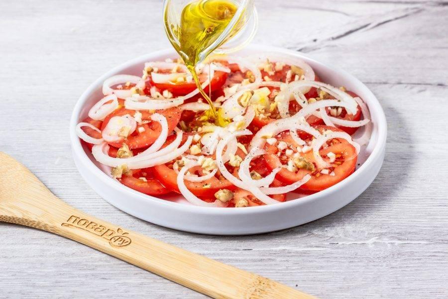 Полейте салат оливковым маслом.