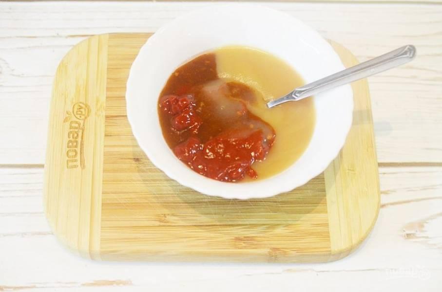 3. Добавьте томаты в собственном соку, масло, специи, соль и сахар.