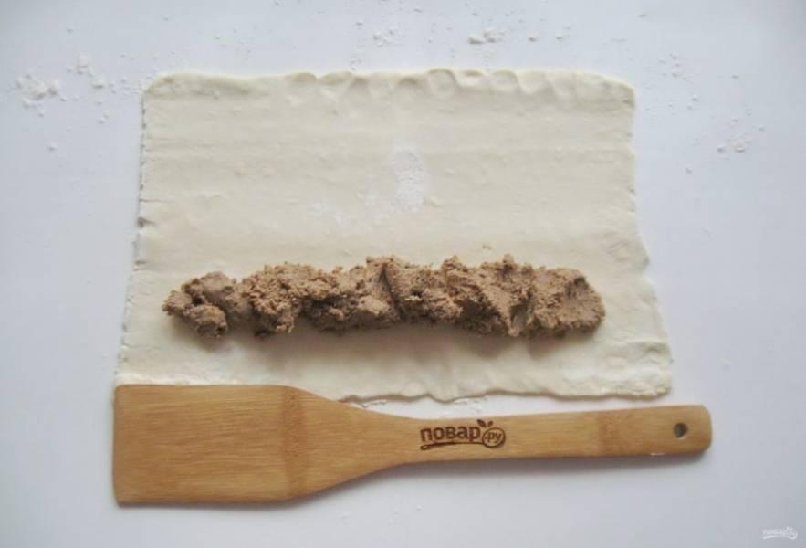 Выложите начинку из куриной печени, моркови и лука на тесто, немного отступив от края.