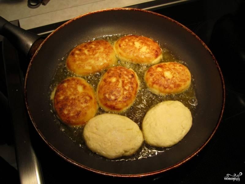 Обжаривать на сковороде до образования румяной корочки. К сырникам отдельно подать сметану или варенье.