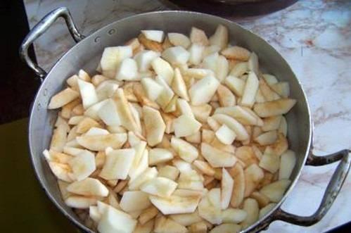 Яблоки порежьте дольками, удалив сердцевину. Поместите их в кастрюлю.