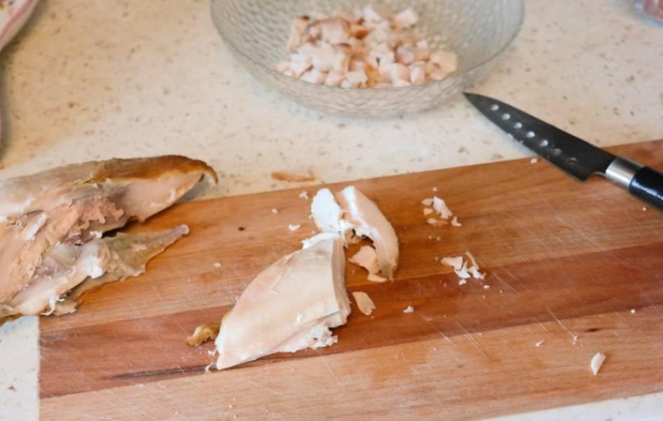 Копченую курицу и помидоры нарезаем небольшими кубиками.