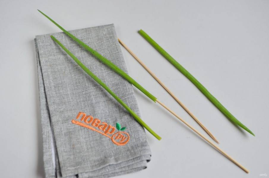 4. Сделайте ножку для цветка: нанижите лук на бамбуковую палочку, на каждый цветочек по одной ножке.