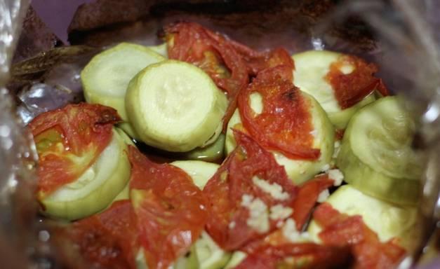 2. Чтобы сок от томатов не пригорел к мультиварке, я овощи запекаю в фольге или в пакете. В пакет складываем овощи, добавим растительное масло, измельченный чеснок и специи. Затем пакет встряхиваем, завязывать не надо. Помещаем в чашу мультиварки.
