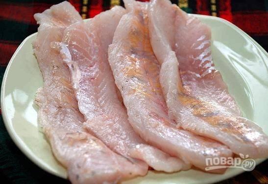 Филе морского судака нужно аккуратно промыть под проточной водой и обсушить бумажными полотенцами. Затем солим, перчим и оставляем на 10 минут мариноваться.