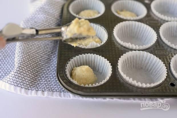 4. Потом полученное тесто разложите по порционным формочкам.