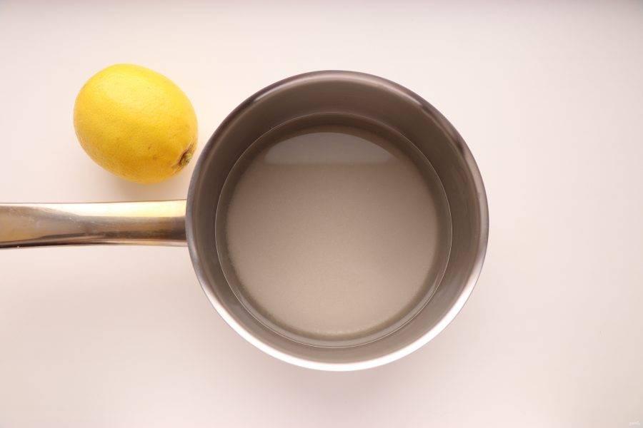 Теперь приготовьте лимонную пропитку. В воду добавьте 110 г сахара и слегка прогрейте, чтобы сахар растворился.