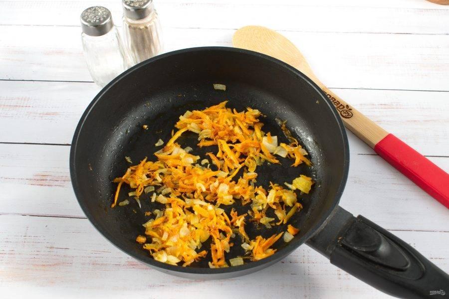 В это время морковь натрите на терке, лук измельчите. На сковороде разогрейте растительное масло (1 ст. л.), пассеруйте овощи до мягкости. Добавьте в суп.