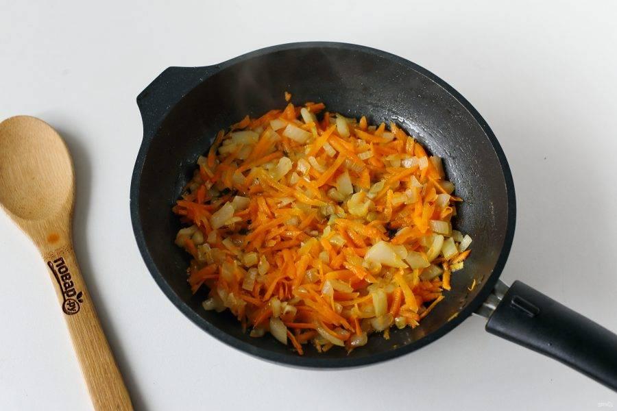 Лук и морковь обжарьте до мягкости на растительном или сливочном масле.