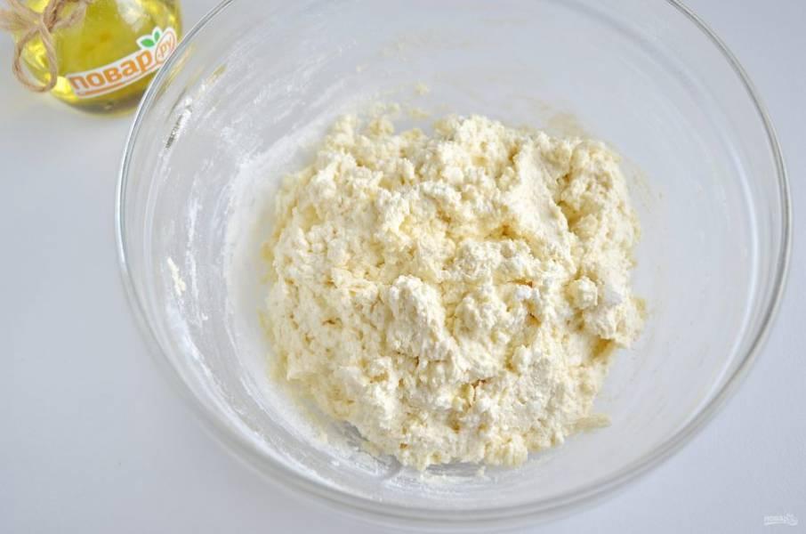 4. Масса для сырников не должна быть слишком сухой или влажной. Она должна собираться в ком и держать форму. Если надо, добавьте еще муки.