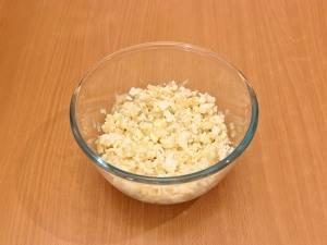 Смешиваем лук и яйца, солим.