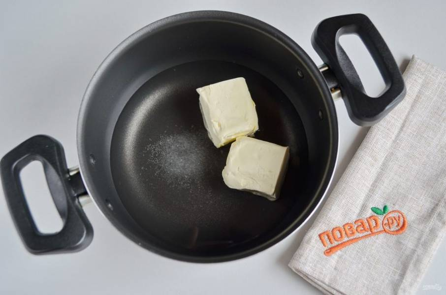 Начнем с коржей. В кастрюлю влейте стакан воды, добавьте щепотку соли и 1 ч.л ванильного сахара, сливочное масло. Поставьте кастрюлю на огонь, доведите до кипения.