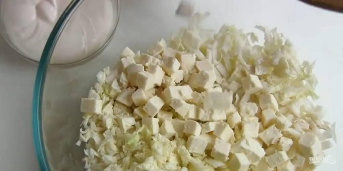 2.  Пекинскую капусту крупно нарежьте и также отправьте в салатник. Адыгейский сыр и брынзу нарежьте кубиками и отправьте к салату.