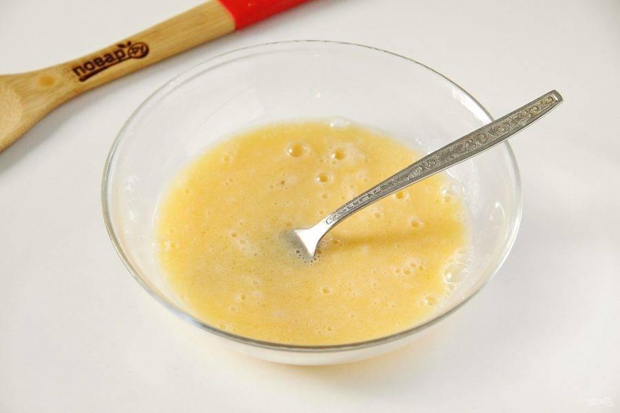 Отдельно взбейте яйца с растительным маслом.