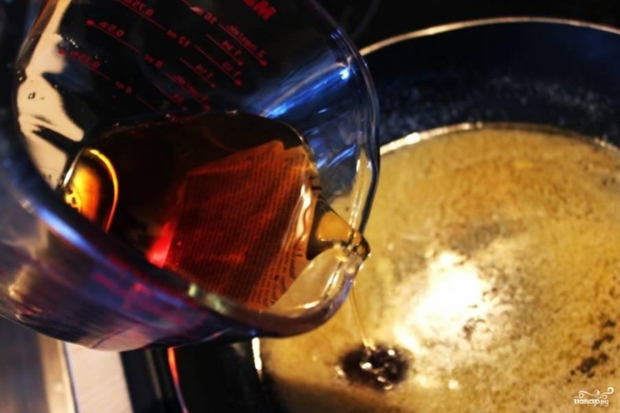 На сковороде растопите сливочное масло. Не позволяйте маслу закипеть. В эту же сковороду медленно залейте кленовый сироп. Хорошо всё перемешайте и дайте потушиться несколько минут.