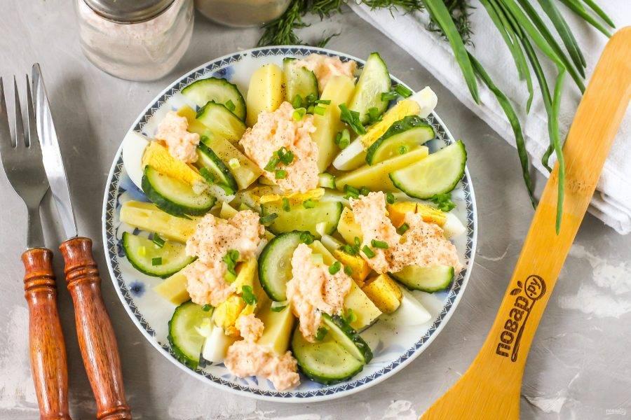 Промойте зеленый лук, измельчите и присыпьте блюдо сверху. Посолите и поперчите, сбрызните салат растительным маслом и подайте к столу.
