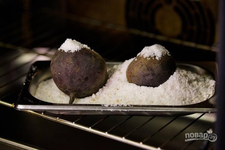 Свеклу тщательно промойте. Засыпьте ее морской солью в противне и уберите в духовку. Запекайте при 180 градусах в течение 40 минут. Если не хотите запекать, то можете просто отварить свеклу.