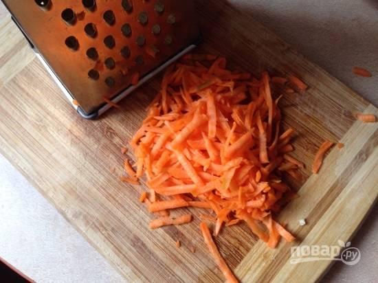 Очищенную морковь натираем на крупной терке.