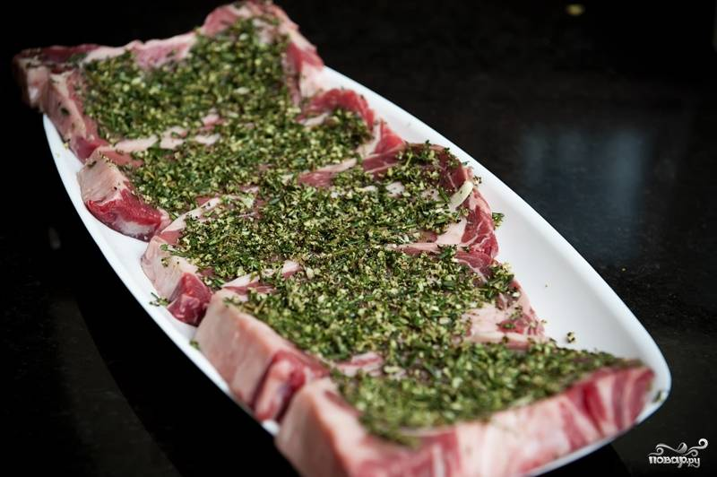7. Забудьте о мясе примерно на час. За это время приготовьте мангал с углями.
