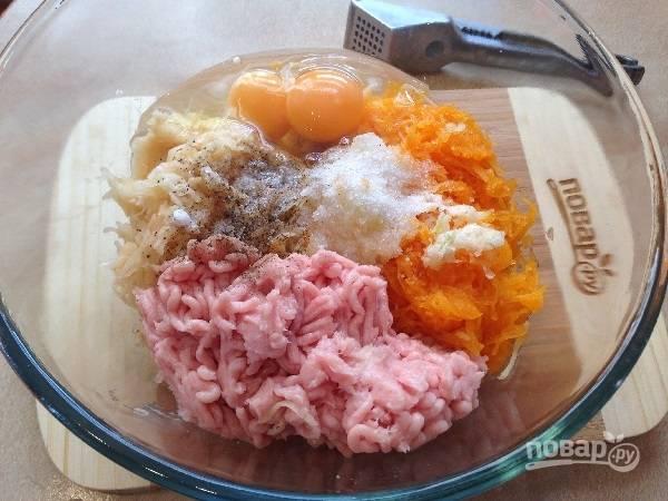 3. Добавим куриный фарш, яйца, соль, измельченный чеснок и молотый перец. Перемешиваем до однородности.