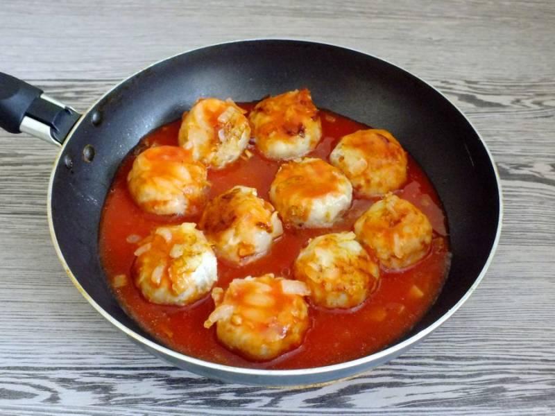 Залейте фрикадельки разведенной томатной пастой. Нагревайте на среднем огне в течение 10 минут.