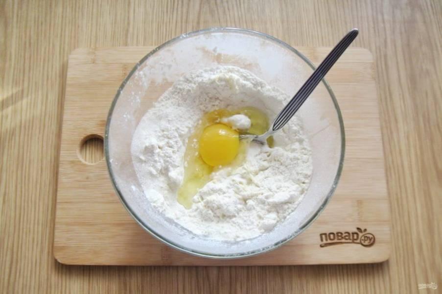 Масло перемешайте с мукой и добавьте яйцо.