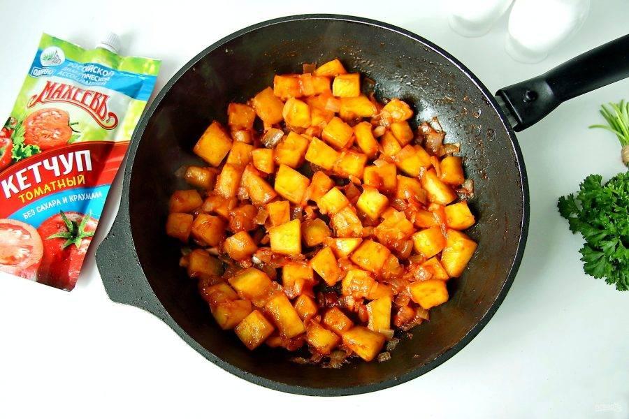 Затем добавьте измельченный ножом чеснок и кетчуп, я использую томатный кетчуп. Обжарьте все вместе буквально пару минут.
